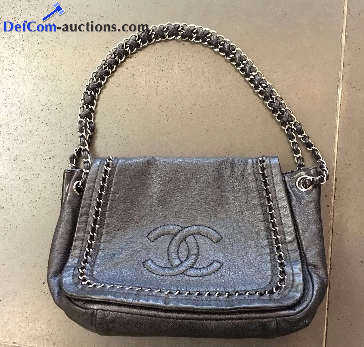Online veiling Authentic designer brands pre-owned : Chanel, Louis Vuitton, Prada, Dolce & Gabbana, Gucci, Delvaux & others.